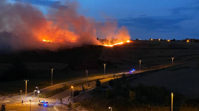 Las llamas afectaron aúltima hora de este miércoles, 24 de junio, a un terreno de labranza que divide Mendillorri de Mugartea.