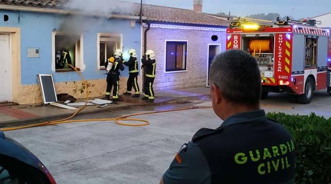 Foto de bomberos extinguiendo un incendio en una vivienda de Rada (Navarra).