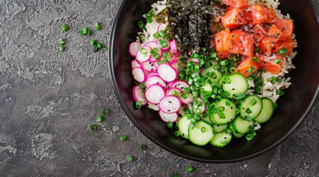 Plato de poké de salmón con arroz