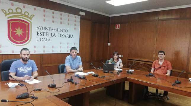 Desde la izda., el alcalde de Estella, Koldo Leoz, y los ediles Unai Errazkin, Maider Barbarin y José Miguel Pérez de Eulate, este miércoles, en la presentación del proyecto en el salón de plenos del ayuntamiento de Estella.