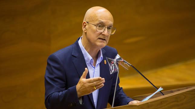 El consejero de Cohesión Territorial, Bernardo Ciriza, este jueves en el Parlamento foral.