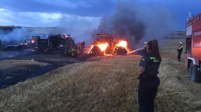 Calcinados un tractor y una empacadora en un incendio en Larraga