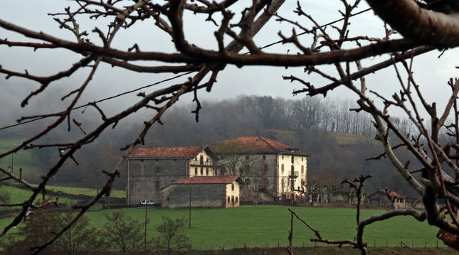Aspecto parcial del Palacio de Aroztegia, que da nombre al proyecto de ocio en Lekaroz.