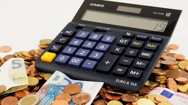 Calculadora, billetes y monedas de euro.