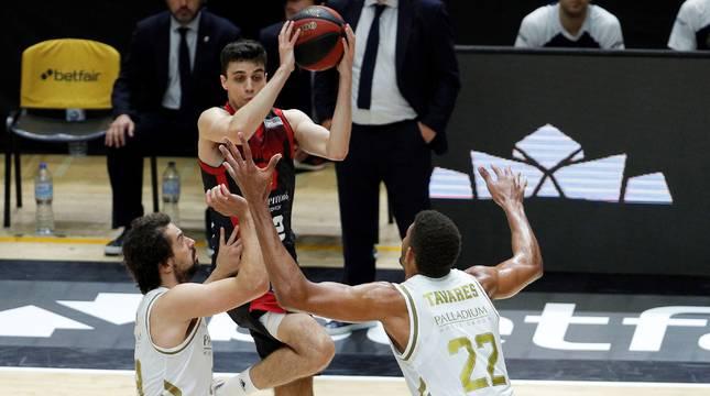 Carlos Alocén, base del Casademont Zaragoza, salta ante la presión de Sergio Llull y Walter Tavares.