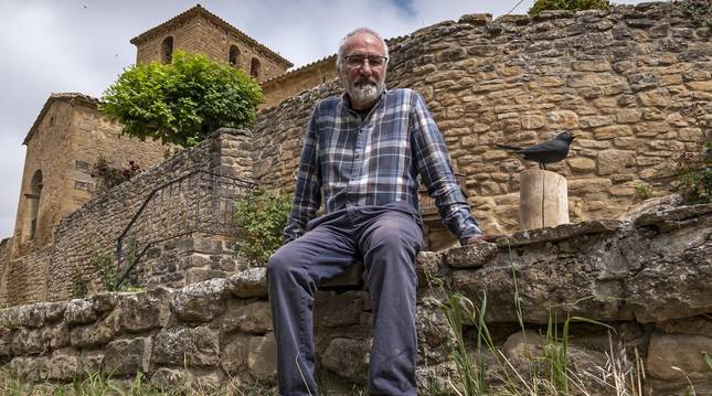 Foto de Javier Murillo junto a una muestra de la imaginería naturalista que realiza en su taller de Artariain (Navarra).