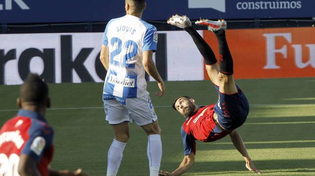 Enric Gallego, tras rematar de chilena en la jugada del primer gol del partido.