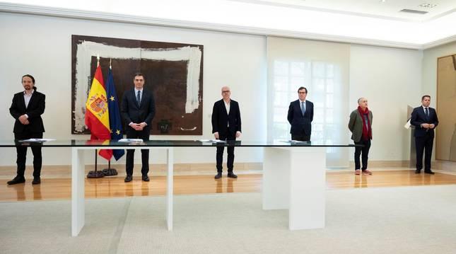 Foto de Pablo Iglesias, Pedro Sánchez, Unai Sordo, Antonio Garamendi, Pepe Álvarez y Gerardo Cuerva, durante la firma del acuerdo con el que se prorrogan los expedientes de regulación temporal de empleo (ERTE) por fuerza mayor hasta el 30 de junio.
