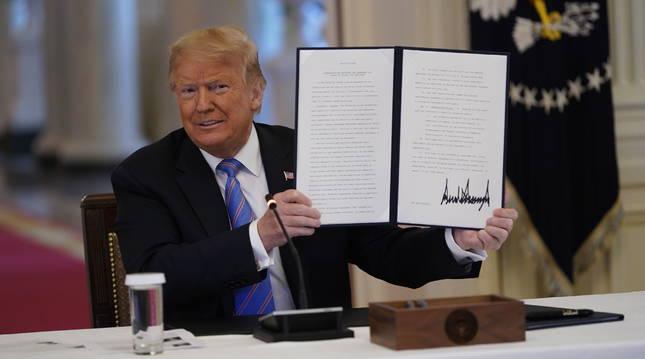 Foto del presidente de los Estados Unidos, Donald J. Trump, muestra una orden ejecutiva firmada.