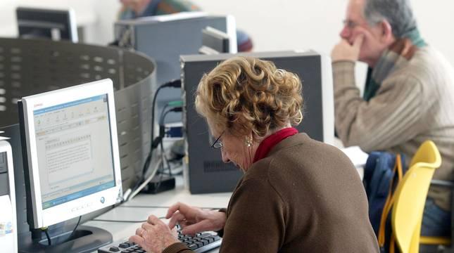 Personas mayores, en un aula de ordenadores.