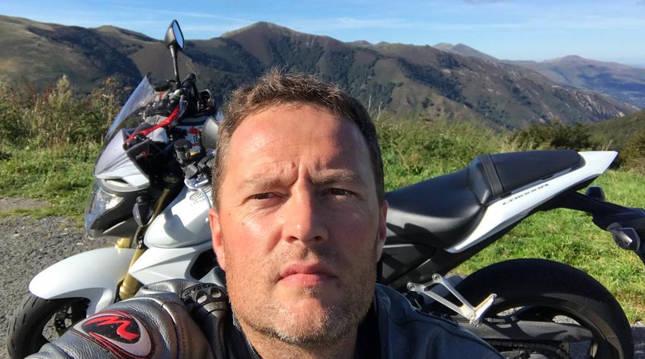 José Javier Murillo Gay, con su moto.