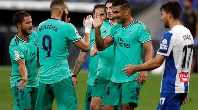 foto de Casemiro celebra con Benzema su gol ante el RCD Espanyol