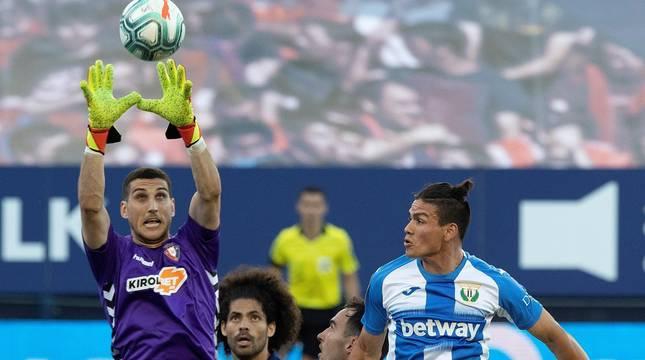 Sergio Herrera atrapa el balón.