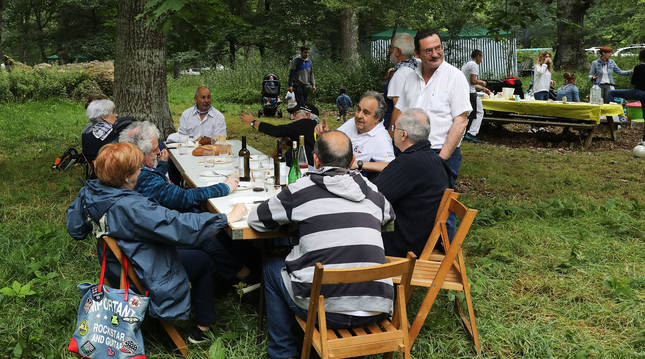 Repartidos en mesas separadas, hubo una nutrida concurrencia en el robledal de San Pedro en un día grande para Alsasua.