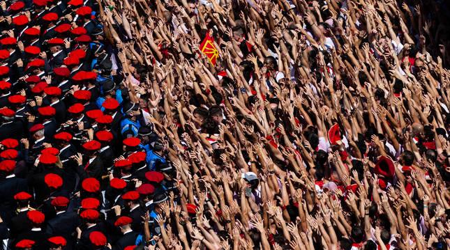 Los gaiteros interpretan en la plaza 'Ánimo pues' del maesto Turrilas y miles de  manos se mueven al ritmo de la música momentos después del chupinazo de 2019. Una imagen que  no se producirá este año.