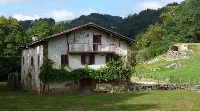 Vista general de un caserío al norte de Navarra