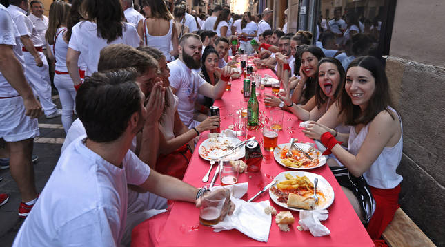 A diferencia de otros años, esta vez no está permitido colocar mesas fuera ni siquiera sacar bebidas a la calle si no hay terraza.