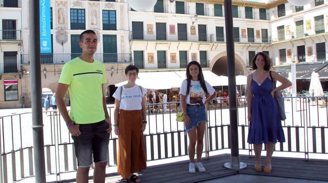 De izquierda a derecha: Mateo Cueto Remacha, Lola Simón Pérez-Nievas, Ana García Beamonte y Aitana Monzón Blasco, en el quiosco de la plaza de los Fueros de Tudela.