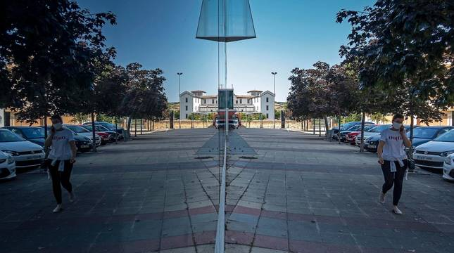 Juego de reflejos en la fachada acristalada del polideportivo de Estella, en el barrio de Arieta.