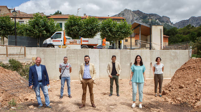 Foto de Roberto Crespo y Jesús María Rodríguez, junto a representantes del Ayuntamiento de Azuelo, delante del muro.
