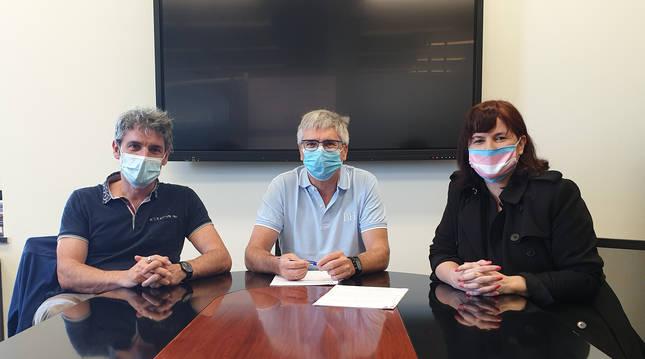 Foto del director general de Educación, Gil Sevillano con Iñigo e Izaskun Arandia de Tinko Euskara Elkartea en la firma del acuerdo.
