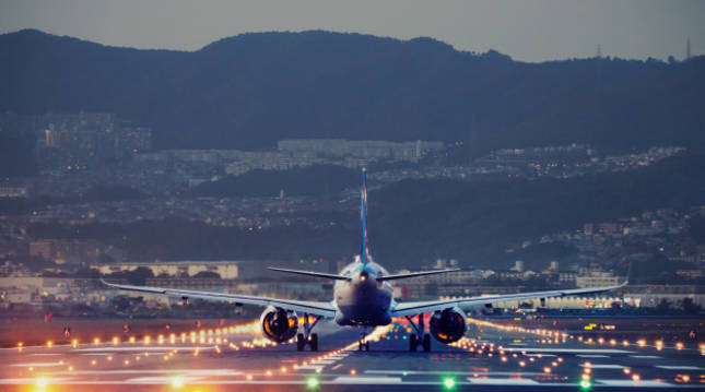 Un avión aterriza en la pista