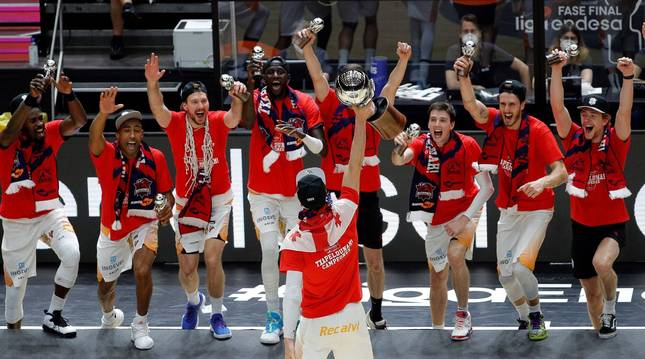 Los jugadores del Baskonia celebran el título de liga al recibir el trofeo de campeón.