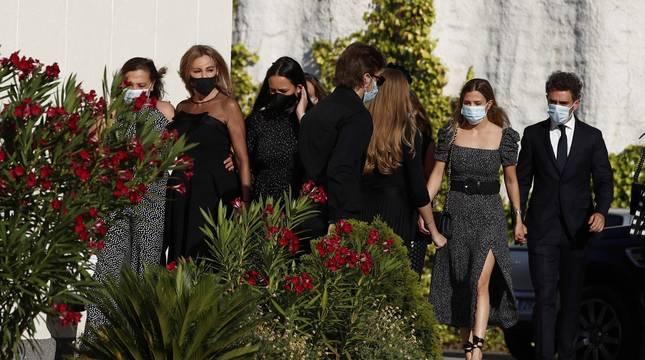 La actriz y presentadora Ana Obregón (2i), a su llegada al funeral de su hijo, Aless Lequio, este martes en la parroquia de Nuestra Señora de la Moraleja, en Madrid.