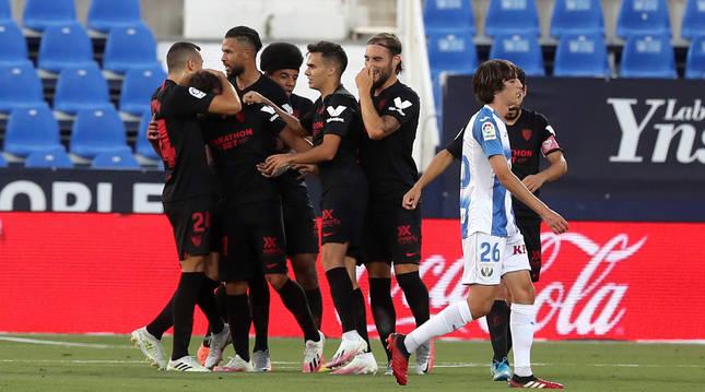 Foto de los jugadores del Sevilla celebrando el primero de los goles anotados por Óliver Torres ante el Leganés.