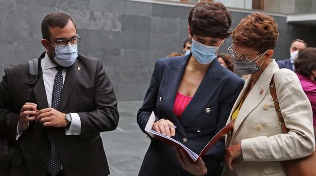 Los consejeros Javier Remírez y Elma Saiz y la presidenta María Chivite, en el Parlamento, el pasado 4 de junio.