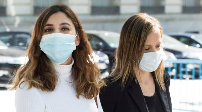 foto de Dina Bousselham (izda.) y su abogada Marta Flor entran al juzgado.