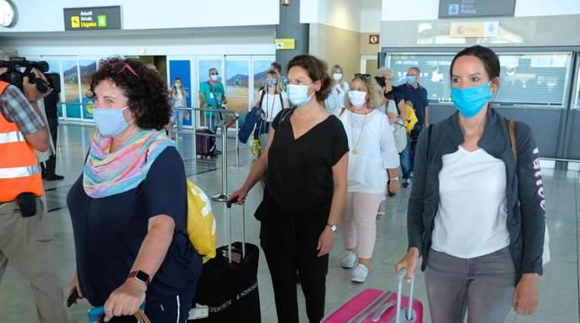 Foto de la llegada este domingo del primer vuelo promocional que llega al aeropuerto de Fuerteventura desde que se declaró el estado de alarma.