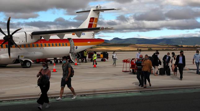 Foto de los pasajeros del primer vuelo que aterrizó el 2 de julio en el aeropuerto de Noáin tras el estado de alarma.