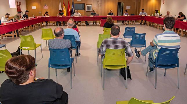 El pleno del Ayuntamiento de Estella se celebró ayer durante dos horas en el salón de actos de la escuela de música, en San Benito.