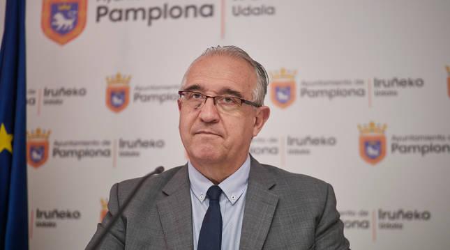 El alcalde de Pamplona, Enrique Maya, durante una rueda de prensa para explicar la campaña de los