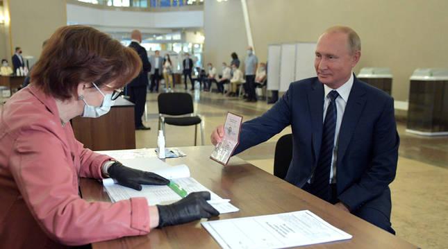 foto de El presidente Putin vota en el referéndum para la reforma constitucional en Rusia