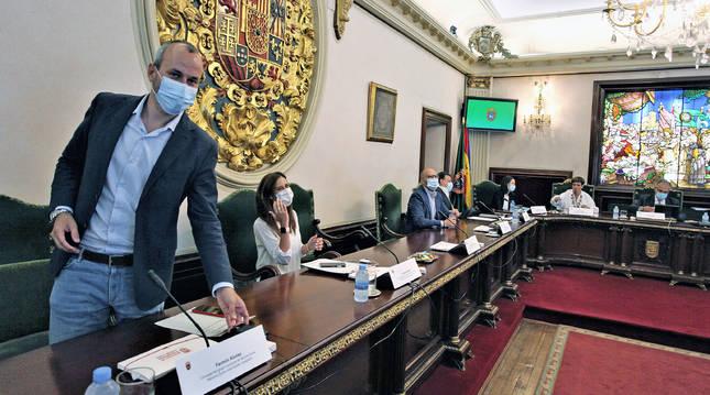 Varios concejales de Navarra Suma toman asiento momentos antes del inicio del pleno municipal.