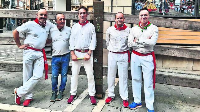 De izquierda a derecha, Gorka Cía, el ganadero Rafael Cruz, Daniel Azcona, Teo Lázaro e Iñaki García. Este sábado estarán en La Encina (Salamanca).