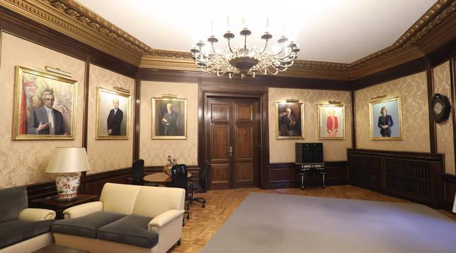 Salón de Presidentes con el cuadro de Uxue Barkos a la derecha.