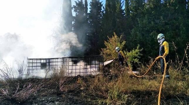 Foto de extinción de un incendio en San Isidro del Pinar (Navarra).
