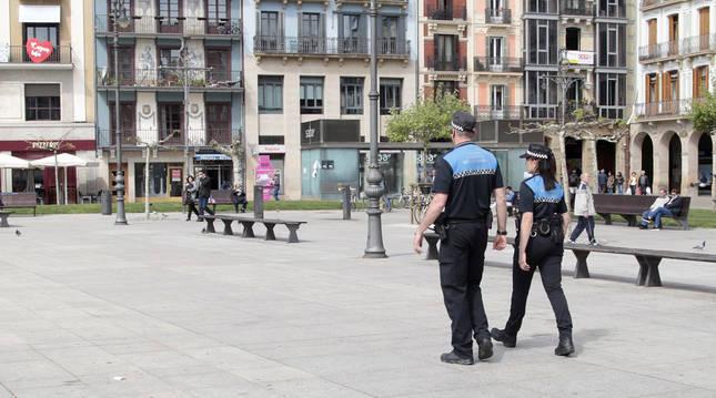 foto de Dos agentes de Policía Municipal de Pamplona en la Plaza del Castillo
