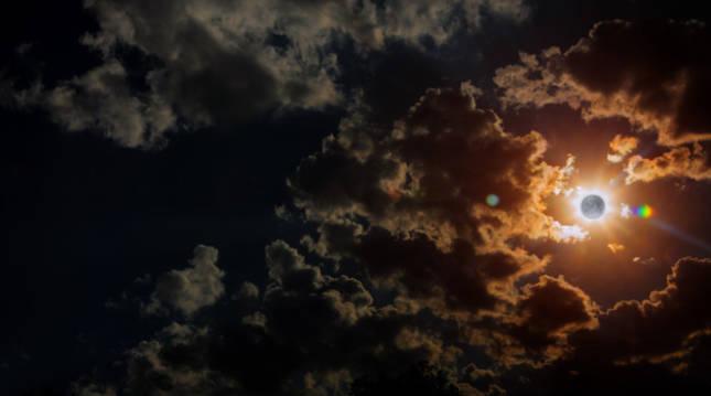 La Luna se abre paso entre las nubes