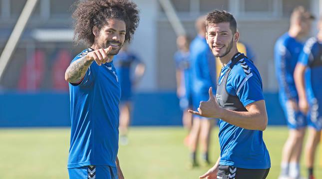 Los centrales rojillos Aridane y David García miran a la cámara antes de dar comienzo la sesión de entrenamiento de este sábado, 4 de julio.
