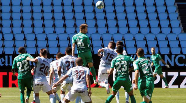 El delantero del Betis Loren Morón, salta en busca de un centro entre defensores del Celta,