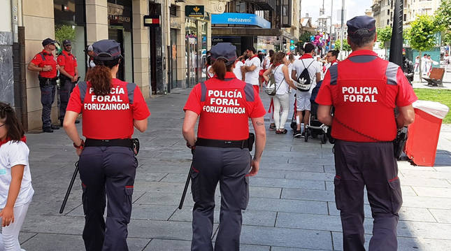 Agentes de la Policía Foral realizan un patrullaje preventivo en Carlos III durante los Sanfermines de 2019.