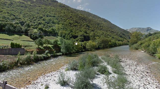 El río Cares, a su paso por la zona de Peñamellera Alta.