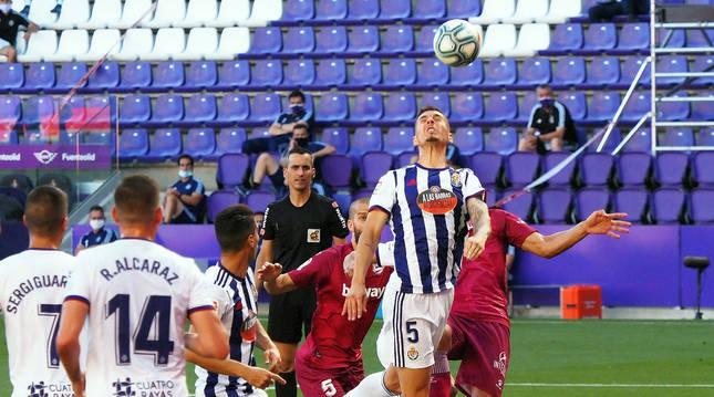 El defensa del Valladolid, Javier Sánchez, despeja el cuero en una jugada del encuentro.