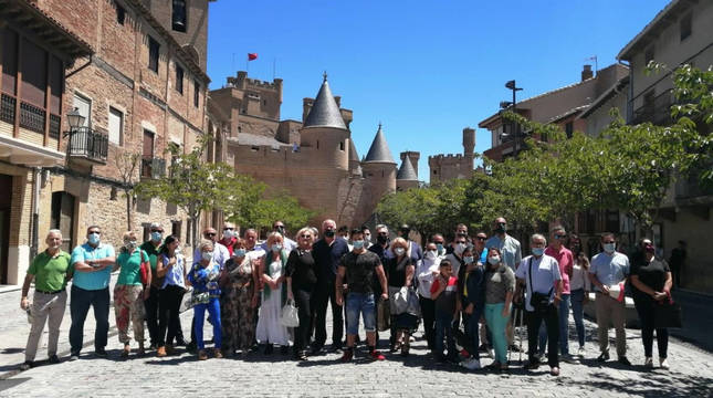 El grupo de VOX, a los pies del castillo de Olite.