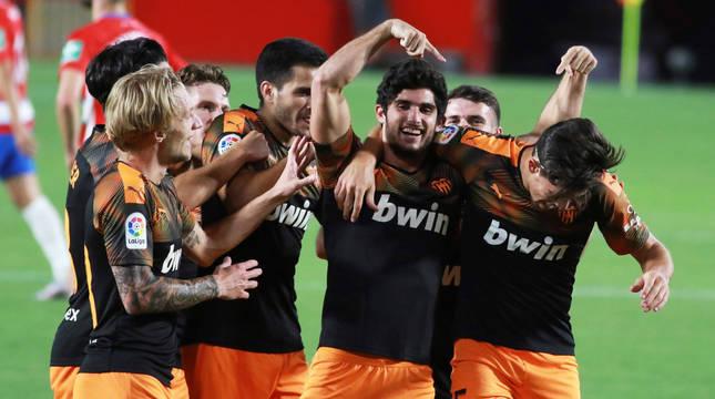 Los jugadores del Valencia celebran el segundo gol del equipo valencianista durante el encuentro correspondiente a la jornada 34 de primera división.