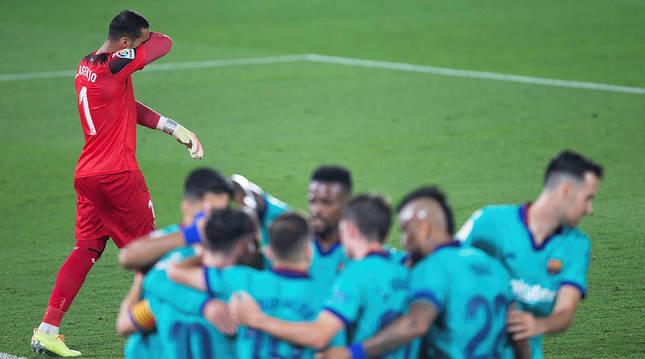 Los jugadores del Barça celebran uno de los tantos anotados en el estadio de La Cerámica.